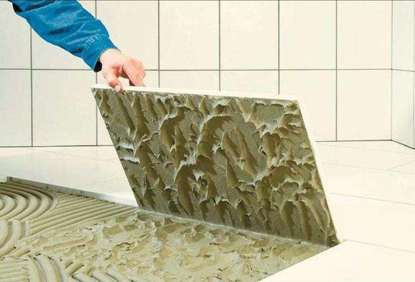 Нанесенный клей на плитку