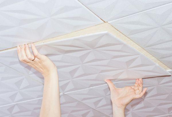 монтаж потолочной плитки из пенопласта