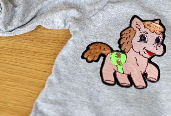 Наклейка пони на майке