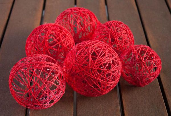 Красные шары из ниток