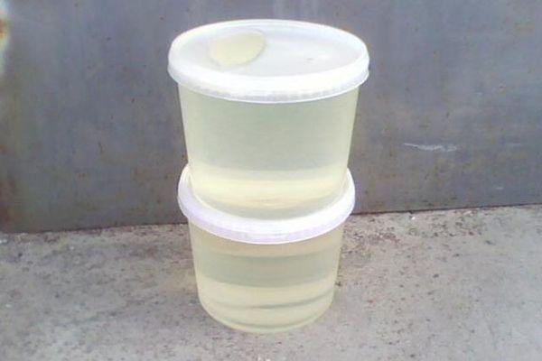 Смола в пластиковой посуде