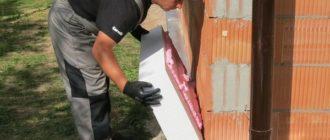 Установка плиты на клеящую пену к кирпичной стене