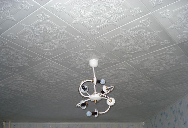 Обклеенный потолок плиткой