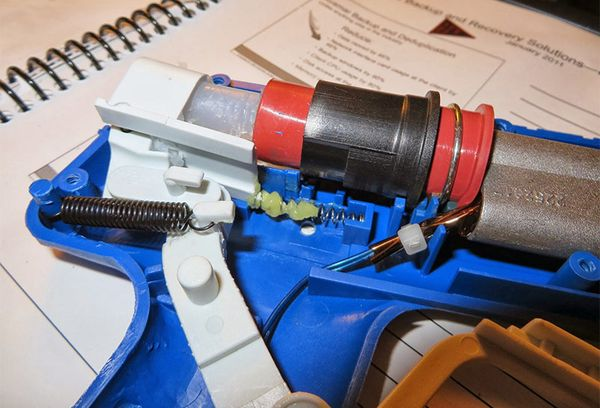 Подающий механизм клеевого пистолета