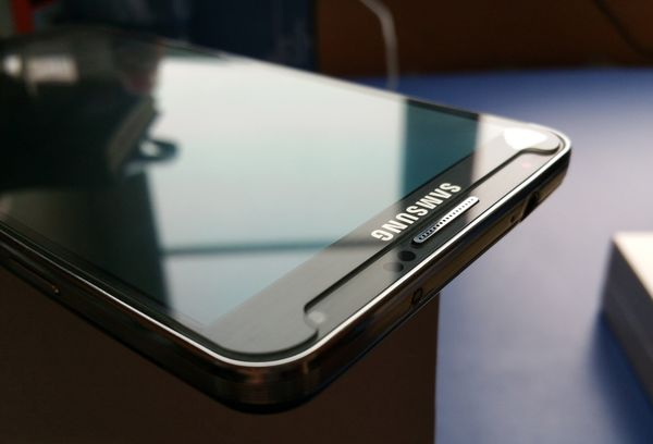 Защитное стекло на мобильном