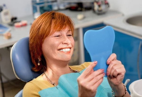 Женщина с зубными протезами