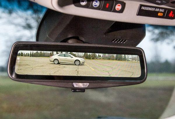 Заднее зеркало машины