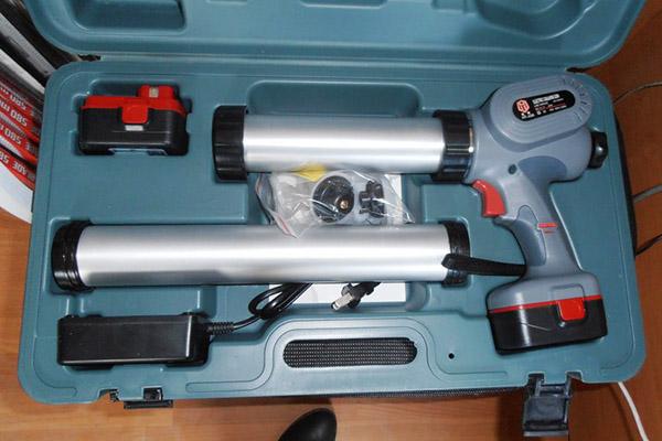 Аккумуляторный пистолет для герметика