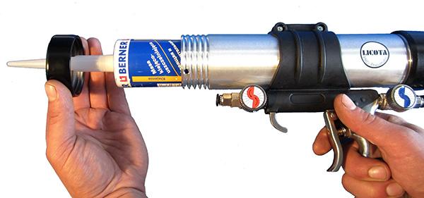 Зарядка монтажного пистолета тубой с герметиком