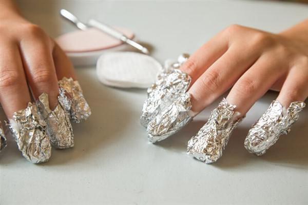Размягчение покрытия на ногтях при помощи фольги