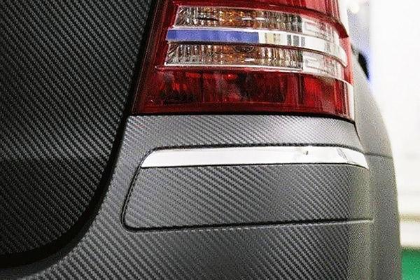 Автомобиль, оклеенный карбоновой пленкой