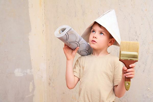 Мальчик помогает делать ремонт