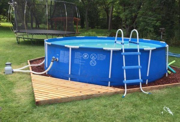 Наполненный водой бассейн Интекс