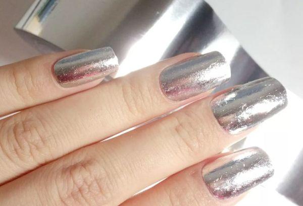 Блестящая фольга на ногтях