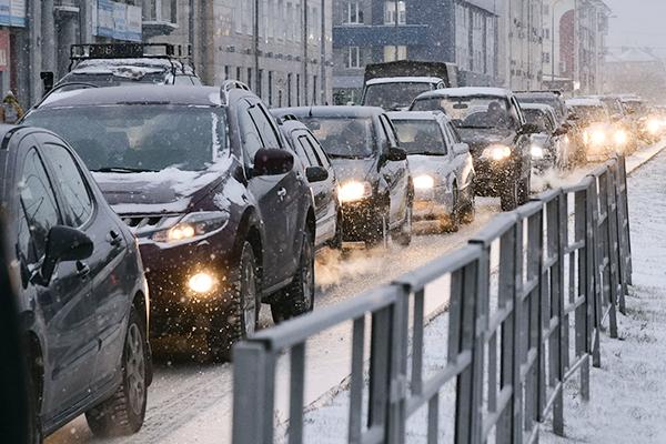 Пробка зимой на городской улице