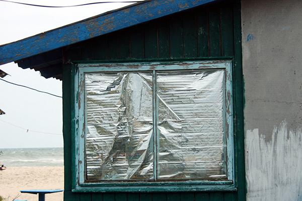 Старое окно, заклеенное фольгой
