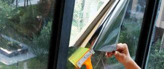 Наклеивание пленки от солнца на окно