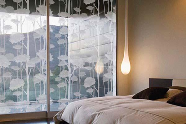 Панорамное окно, оклеенное декоративной пленкой