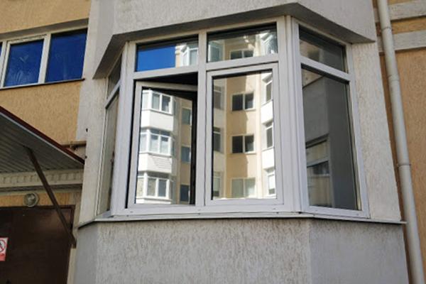 Лоджия с окнами, оклеенными светоотражающей пленкой