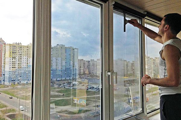 Наклеивание светоотражающей пленки на окно