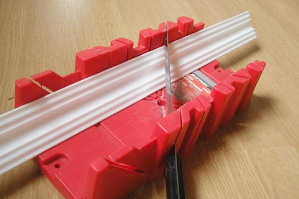 Использование стусла для резки потолочного плинтуса