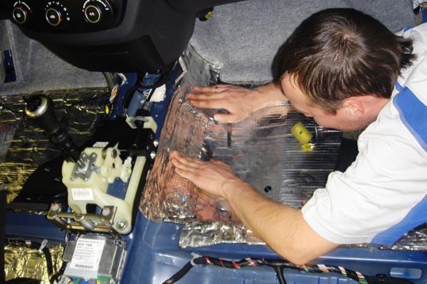 Наклеивание шумоизоляционного материала в машине