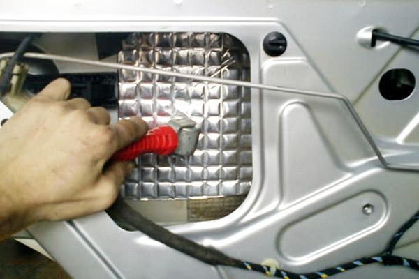 Наклеивание шумоизоляции на дверь авто