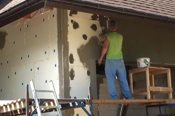 Монтаж теплоизоляционных плит на фасад дома