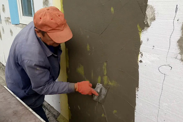 Монтаж армирующей сетки на фасад