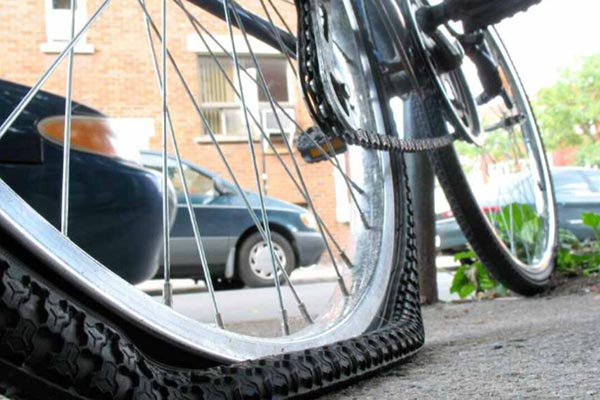 Проколотое колесо велосипеда