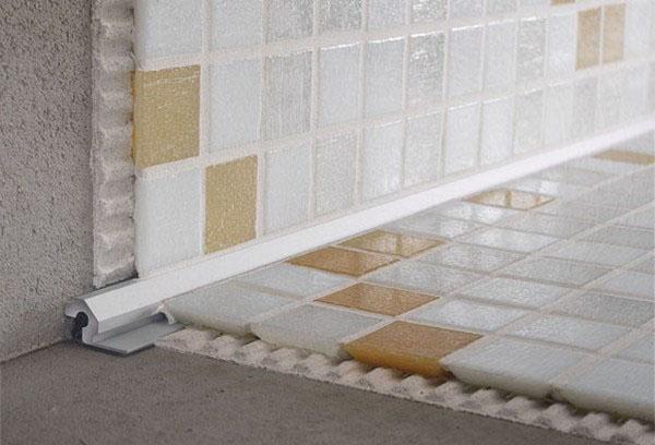 Плиточный уголок для отделки стыка пола со стенами